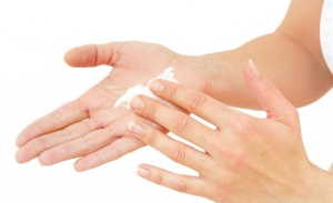 applying-lotion-to-hands
